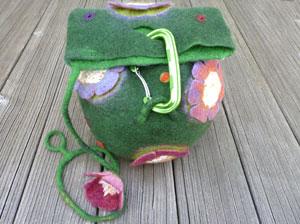 gefilzte Kugeltasche mit Blumen